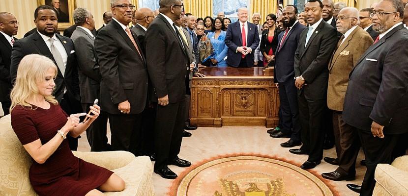 Tollé après une photo de la conseillère de Trump agenouillée sur un canapé