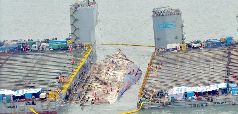 Corée du Sud: trois ans après, l'épave du Sewol émerge des flots
