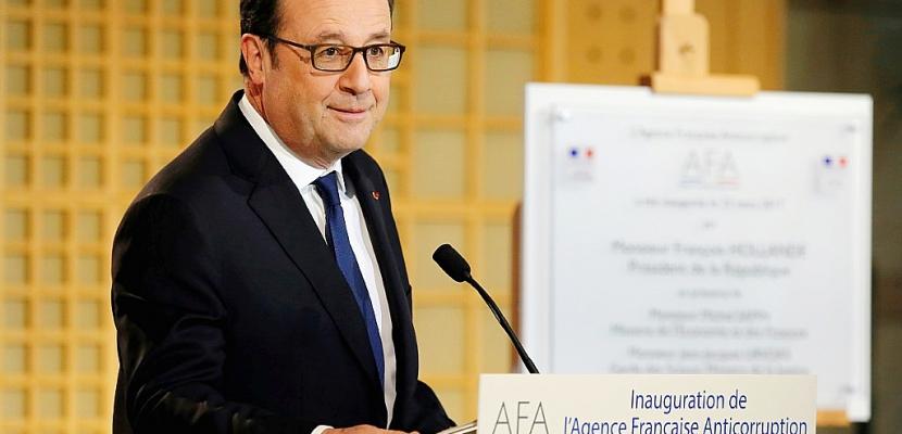 """Hollande """"condamne avec la plus grande fermeté les allégations mensongères"""" de Fillon"""