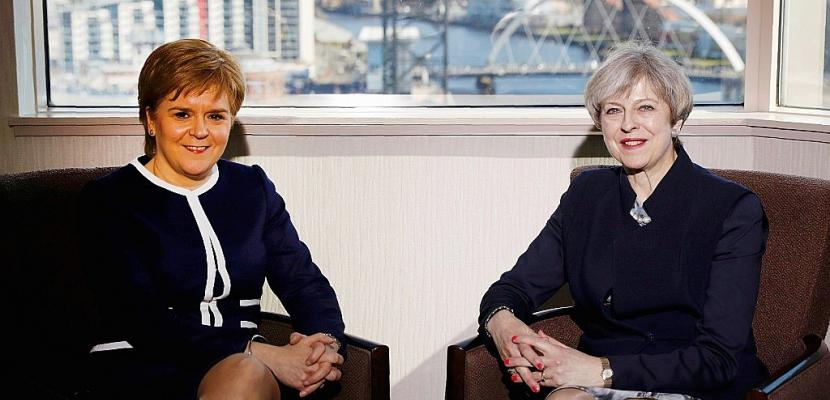 May face aux indépendatistes écossais et à une crise en Irlande du Nord