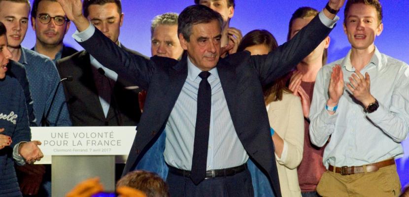 Fillon en meeting à Paris veut entretenir l'espoir du 2e tour
