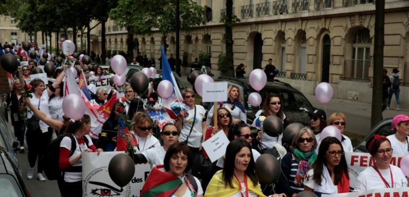 """""""Touche pas à mon flic"""": manif à Paris d'épouses de policiers"""