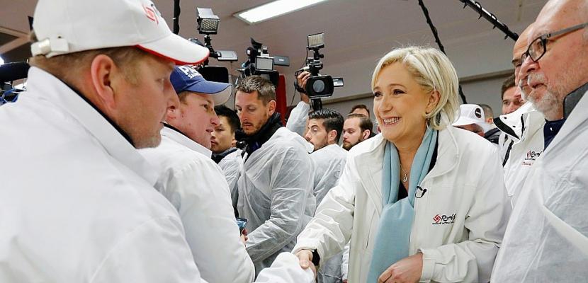 Le Pen à l'attaque sur le terrain alors que Macron temporise