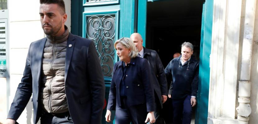 """Présidentielle: Le Pen courtise les """"insoumis"""""""