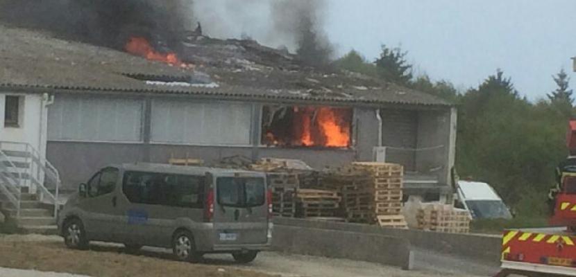 Manche : le feu ravage un entrepôt de 1000 m2