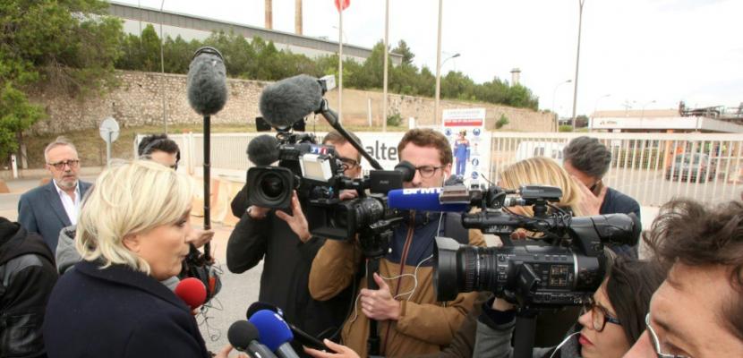 Présidentielle: Marine le Pen défie tout azimut Emmanuel Macron