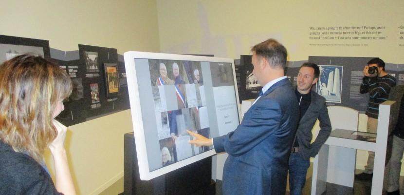 Une nouvelle tablette tactile géante au Centre Juno Beach à Courseulles