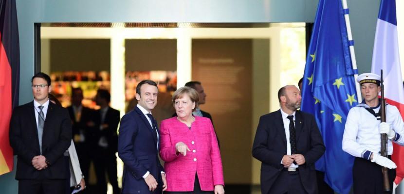 """Macron atterrit à Berlin, première étape vers une """"refondation"""" de l'Europe"""