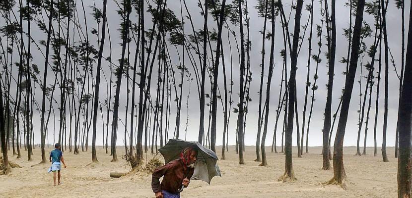 Bangladesh: 450.000 évacuations face au cyclone Mora