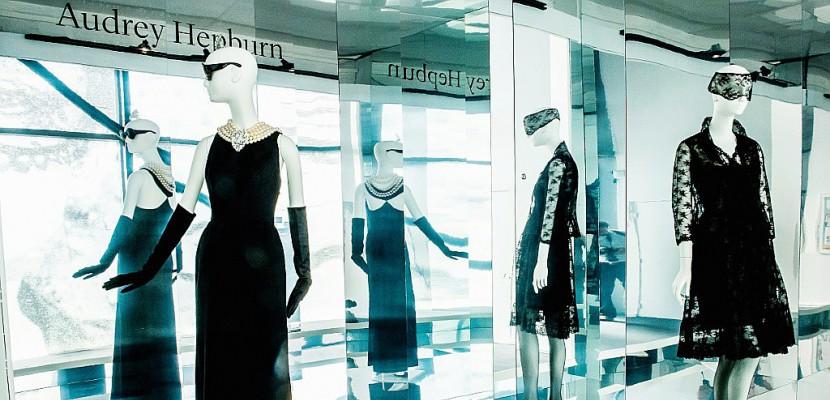 """Hubert de Givenchy, """"maître de l'élégance"""", retrace 40 ans de carrière"""