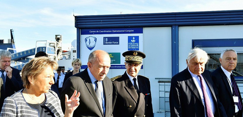 "Collomb, en visite à Calais, met en garde contre un ""appel d'air"""