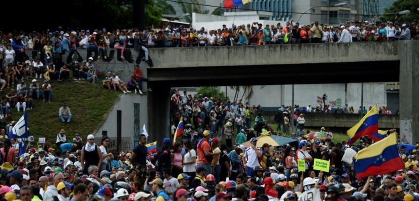 Des milliers de Vénézuéliens défilent pour dénoncer la répression