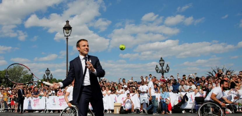 JO-2024: Emmanuel Macron monte au filet pour Paris 2024