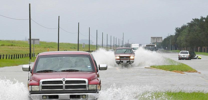Houston instaure un couvre-feu et espère voir les pluies faiblir