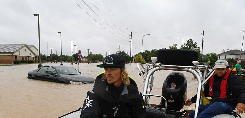 """A Houston, une """"armée"""" improvisée de secouristes sur les flots"""
