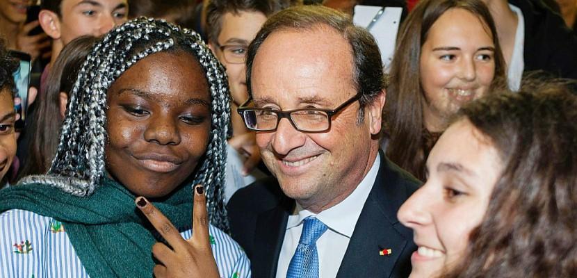 Un an après son renoncement, Hollande veut maintenir le lien avec les Français