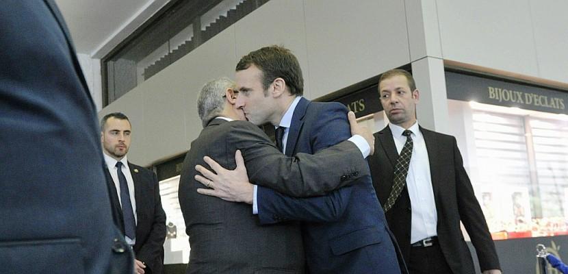 """Macron à Alger en """"ami"""" """"pas otage du passé"""""""