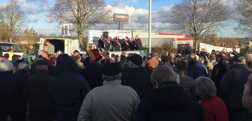 Près de 400 opposants manifestent contre l'arasement des barrages du sud Manche