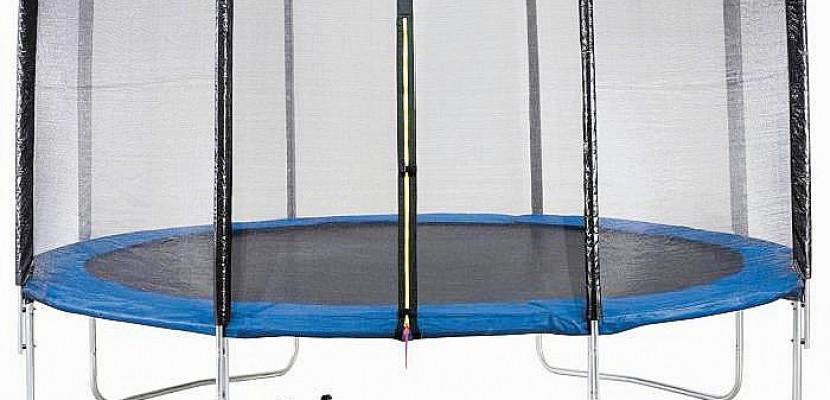 """Sabrina gagne son trampoline de 4m30 de diamètre en découvrant l'objet mystère dans """"Cherchez, trouvez, gagnez"""""""