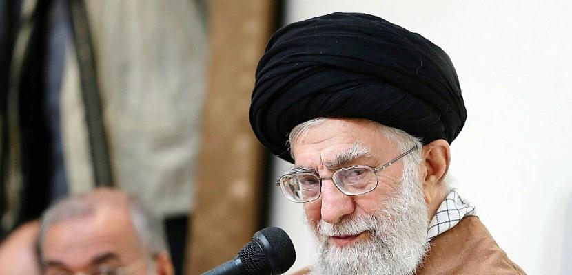 """Khamenei accuse les """"ennemis"""" de l'Iran, Washington accroît la pression"""