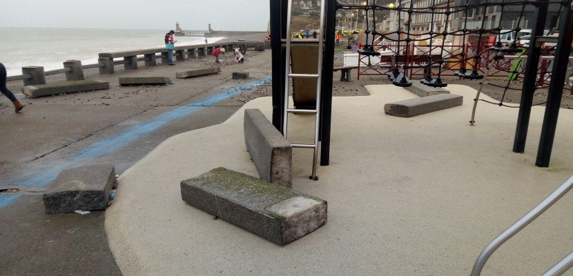 Tempête Eléanor à Fécamp: des dégâts sur la digue et la chapelle