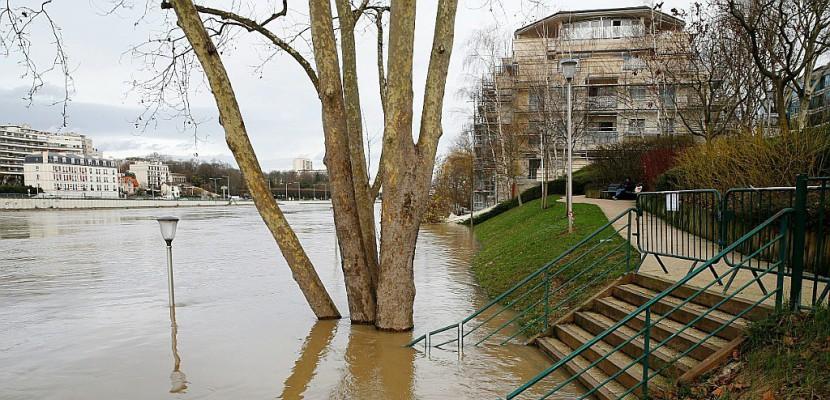 Inondations: pas de répit, la Seine de plus en plus haute à Paris