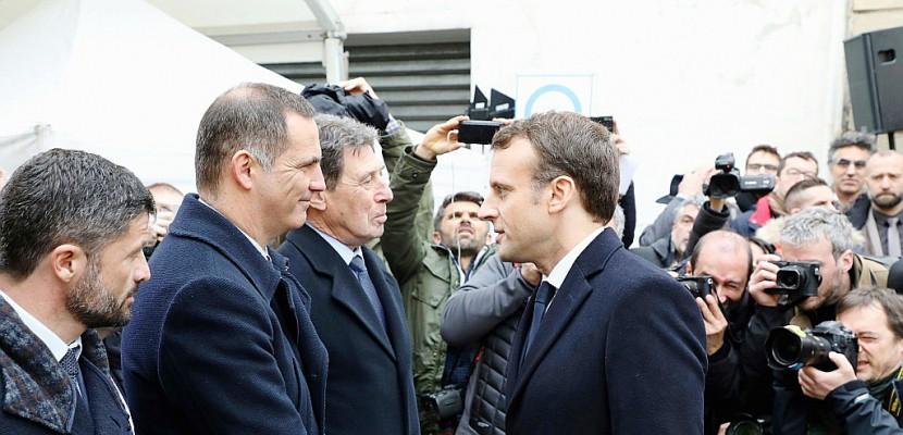 """Macron en Corse: des """"vexations"""", mais aussi une """"main tendue"""", selon les analystes"""