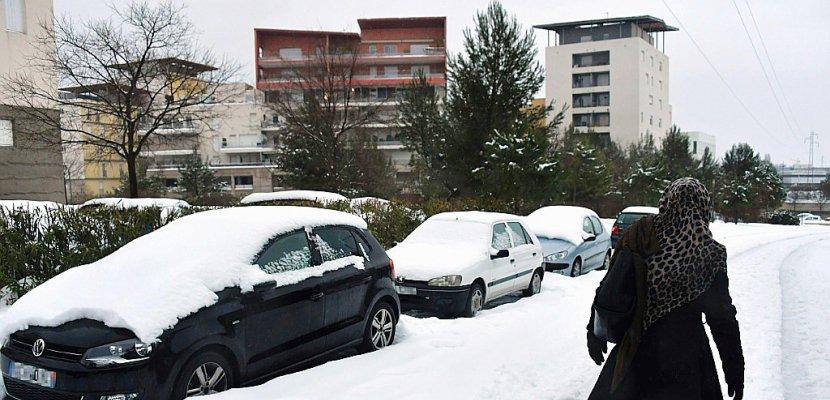 Neige: des milliers de personnes encore bloquées sur les routes dans le Sud