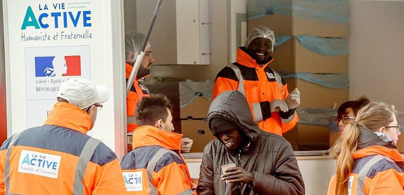 Calais: distributions de repas pour les migrants par l'Etat