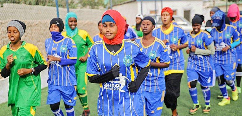 En Somalie, des femmes bravent tradition et religion sur le terrain de foot