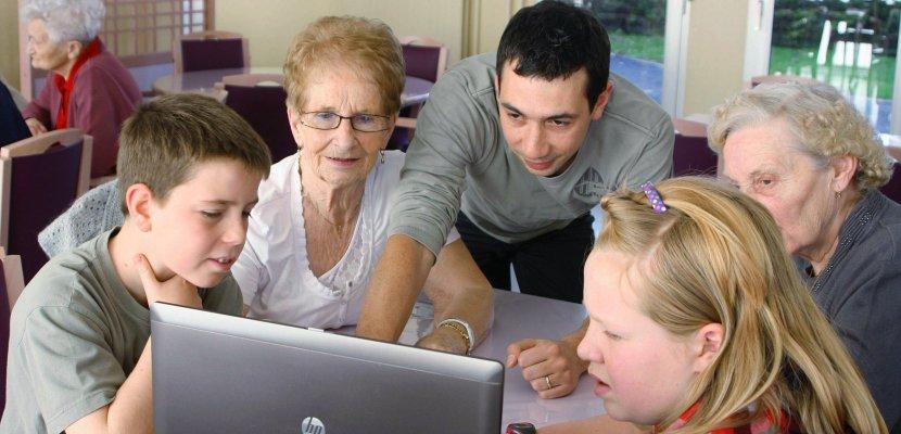 Les seniors connectés avec leurs petits-enfants