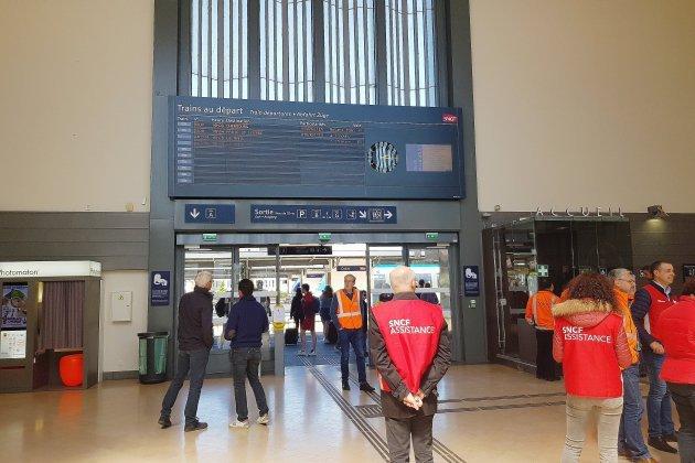 Grèves SNCF : Hervé Morin demande une réduction des prix des abonnements
