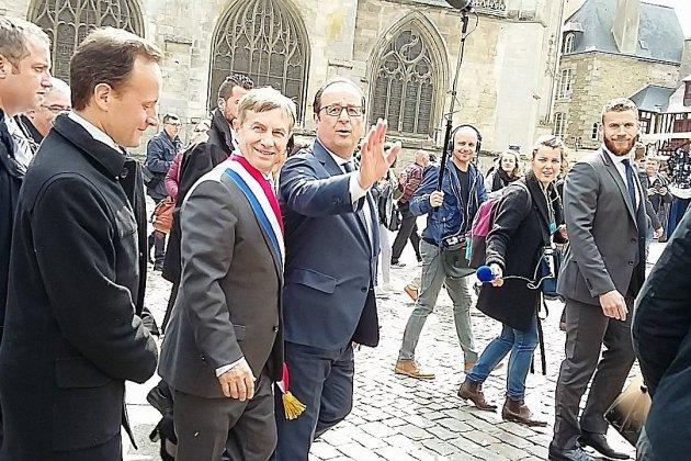 L'ancien Président Hollande en dédicace à Alençon