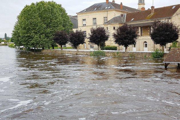 Alençon : le barrage de l'hôpital a tenu, la décrue s'amorce