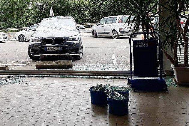 Manche :unevoiture termine sa course dans la vitrine d'un supermarché