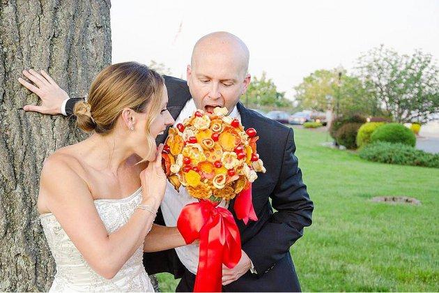 Un délicieux accessoire pour votre futur mariage: un bouquet de pizza