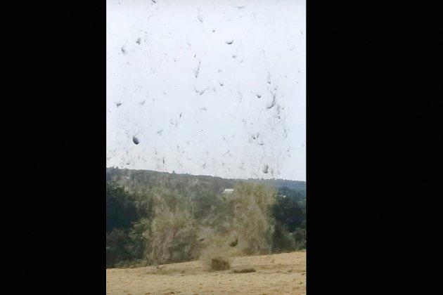 Manche: un tourbillon de foin dans un champ