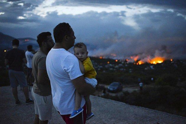 Une ceinture de feu ravage les environs d'Athènes, au moins un mort et 25 blessés