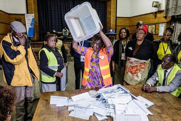 Elections au Zimbabwe: les deux principaux rivaux affirment être en tête