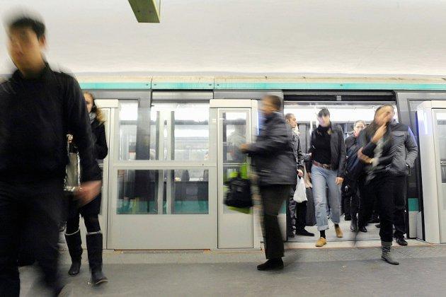 """Chaleur """"suffocante"""" et évacuations chaotiques: pluie de critiques après la panne dans le métro parisien"""