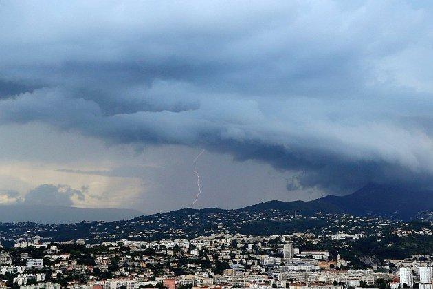 Les orages succèdent à la canicule, des voyageurs bloqués en Normandie