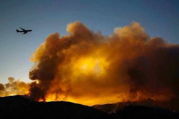 Quelques progrès sur l'incendie géant de Californie