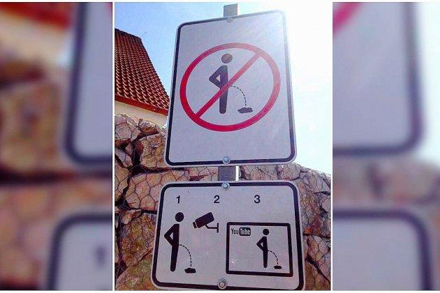 La mairie place un panneau pour dissuader d'uriner sur les murs de la commune