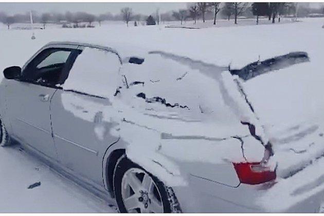 La méthode russe pour déneiger sa voiture en 3 secondes