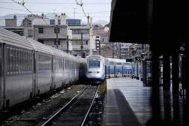 Déraillement TGV à Marseille: retour à la normale vendredi, enquêtes lancées