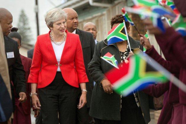 May appelle à ne pas exagérer les conséquences d'un Brexit sans accord