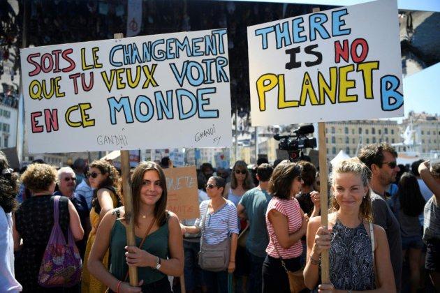 Des dizaines de milliers de personnes marchent pour le climat en France