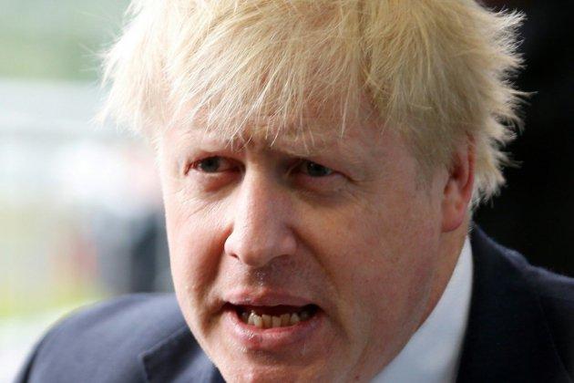 """Brexit: Boris Johnson dénonce une """"veste-suicide"""" et crée la polémique"""