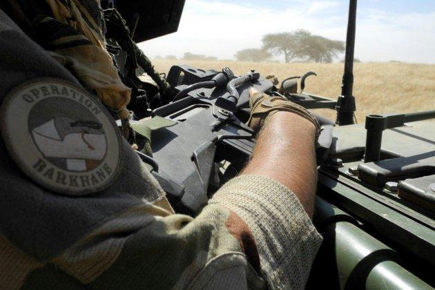 Mali: huit tués par des engins explosifs, la France largue 120 parachutistes