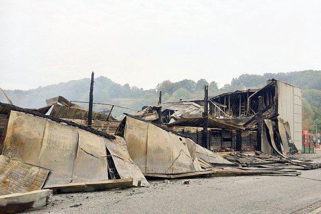 Un supermarché totalement détruit par un incendie à Duclair [vidéo]